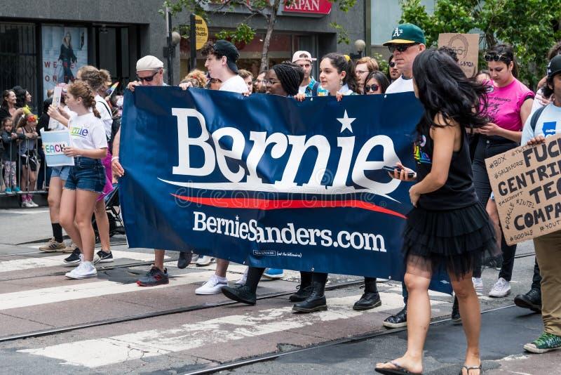 2019年6月30日旧金山/加州/美国-运载标志的年轻人以支持即将来临总统的伯尼・桑德斯 免版税库存图片