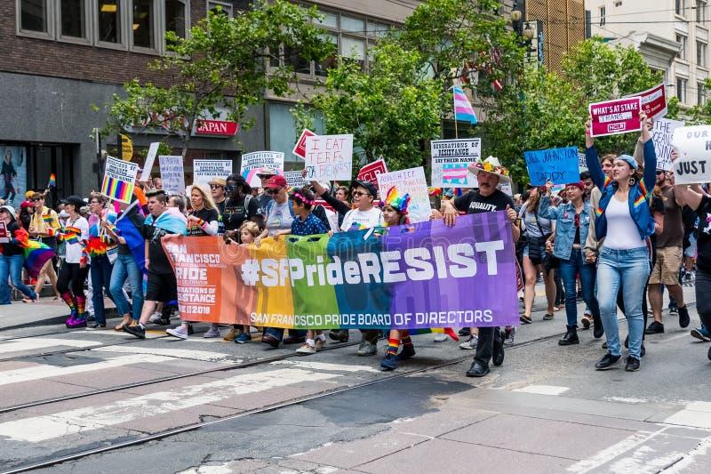 2019年6月30日旧金山/加州/美国-运载#SFPrideResist标志的2019年旧金山同志骄傲大游行游行的参加者 库存图片
