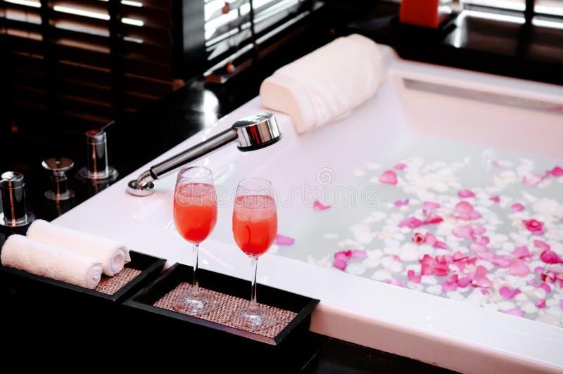 2013年1月8日曼谷,泰国-亚洲泰国温泉上升了与蜡烛和杯的花浴秀兰・邓波儿鸡尾酒温暖的大气 免版税库存图片