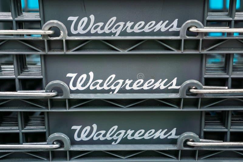 2018年8月14日森尼韦尔/加州/美国-在手提篮显示的Walgreens商标在他们的一个南圣的地点中 免版税库存图片