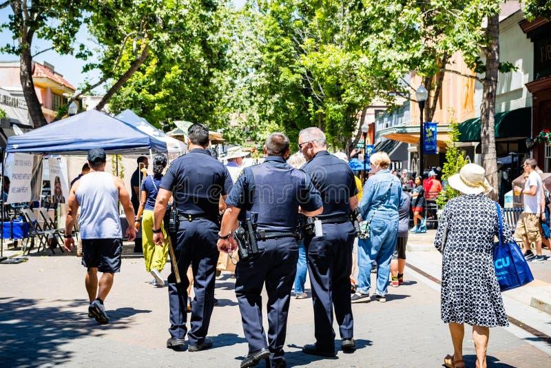 2019年6月2日森尼韦尔/加州/美国-巡逻街市森尼韦尔的街道警察在艺术、酒&音乐节期间  库存图片