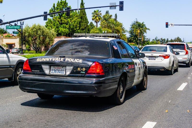 2019年4月30日森尼韦尔/加州/美国-驾驶在森尼韦尔,圣塔克拉拉县街道上的警车  图库摄影