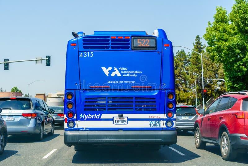 2018年8月13日森尼韦尔/加州/美国- VTA圣塔克拉拉谷运输驾驶在南部旧金山的一条街道上的当局公共汽车 免版税库存照片