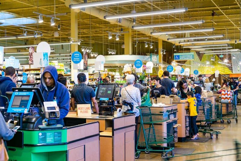 2019年4月21日洛思阿图斯/加州/美国-整个食品店收款机检查车道,南旧金山湾区 免版税图库摄影