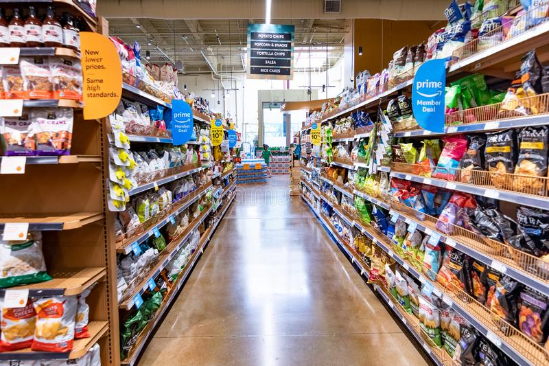 2019年6月21日洛思阿图斯/加州/美国-一个走道的看法在一家整个食品店的,亚马逊头等成员提供可看见在架子; 免版税库存照片