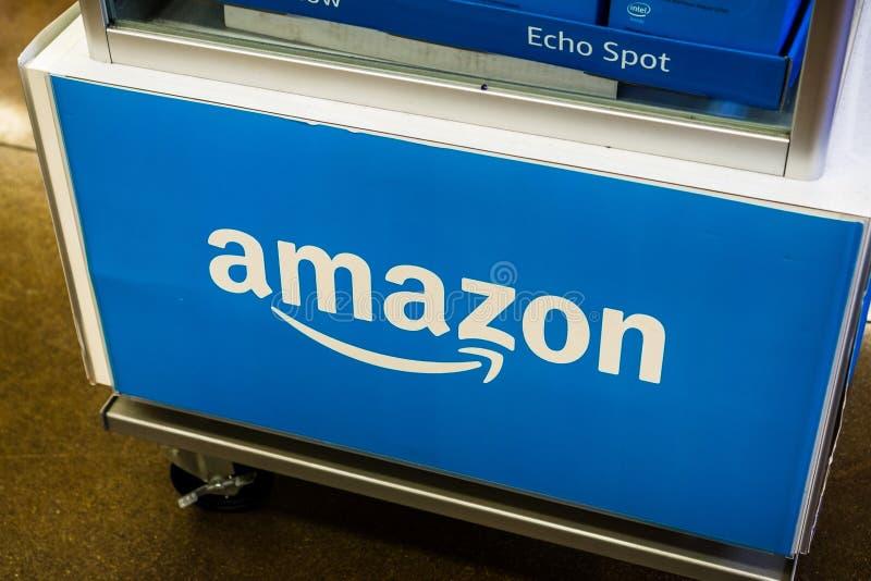 2018年8月2日洛思阿图斯/在亚马逊回声显示箱打印的加州/美国-亚马逊商标位于其中一家整个食品店 库存照片