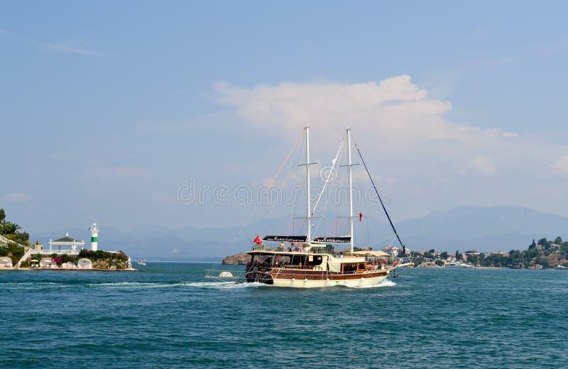 2019年6月17日费特希耶土耳其 - 航行游船旅行的游船在地中海 免版税库存照片