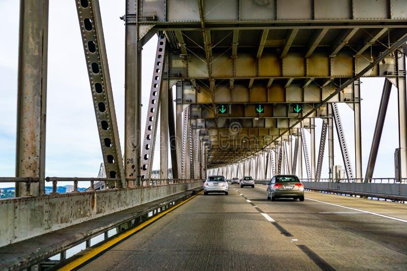 2019年3月31日里士满/加州/美国-驾驶在里士满-圣拉斐尔桥梁约翰F 麦卡锡纪念桥梁,旧金山湾 免版税库存照片
