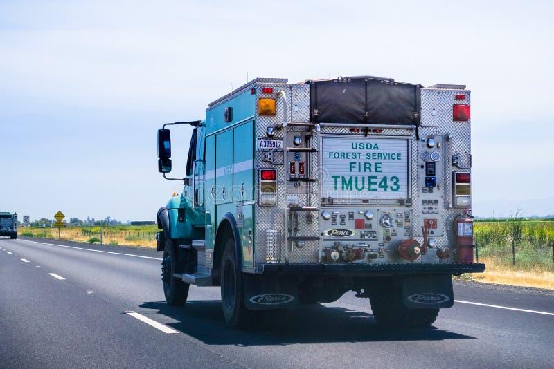 2018年6月26日雷丁/加州/美国- USDA美国林业局驾驶在跨境的消防车 免版税库存照片