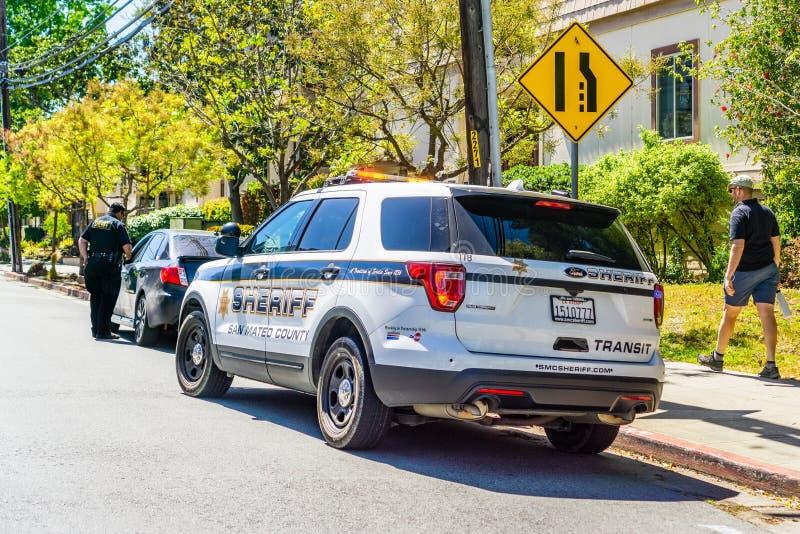 2019年4月21日雷德伍德市/加州/美国-在路的右边被停止的汽车由圣马特奥县警长 免版税库存图片