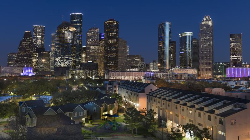 2018年3月7日,休斯敦,得克萨斯-在休斯敦都市风景的高层建筑物被阐明在日落, 地平线,都市风景 免版税库存照片
