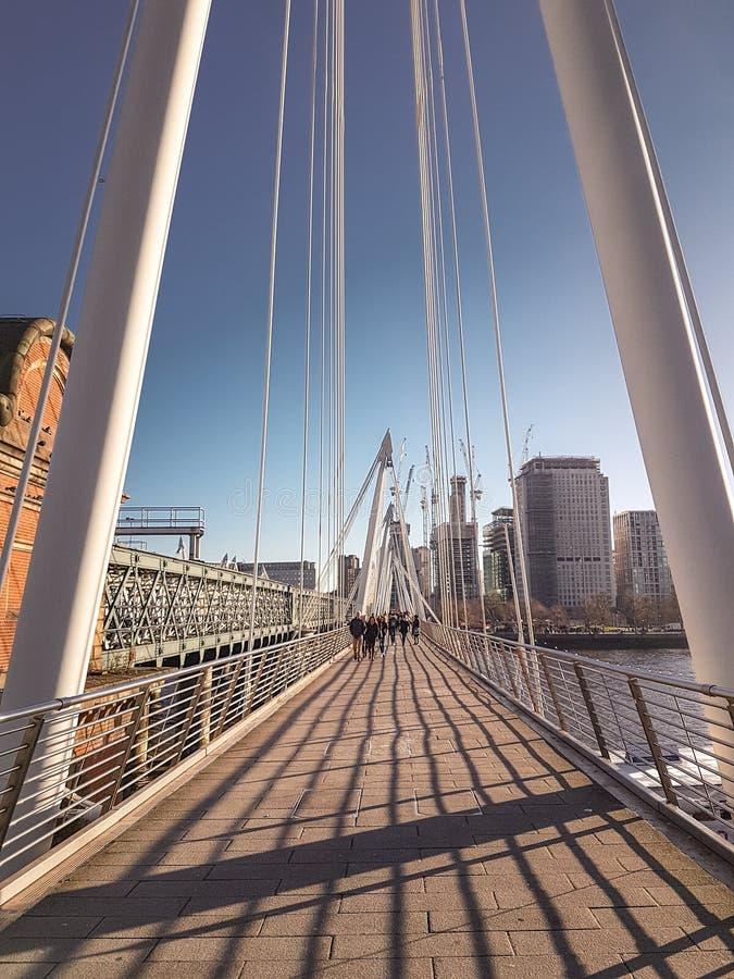 2017年12月28日,伦敦、英国- Hungerford桥梁和金黄周年纪念桥梁 免版税库存图片