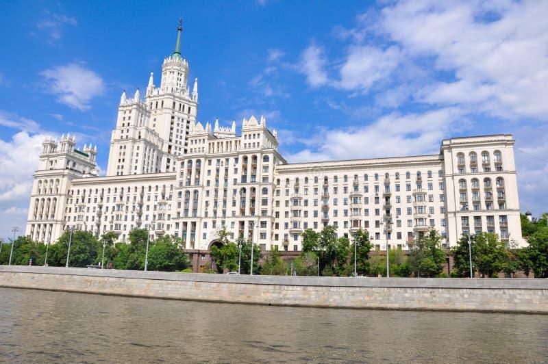 2019年5月27日,俄罗斯莫斯科:莫斯科市中心Kotelnicheskaya堤坝建筑全景图 免版税图库摄影