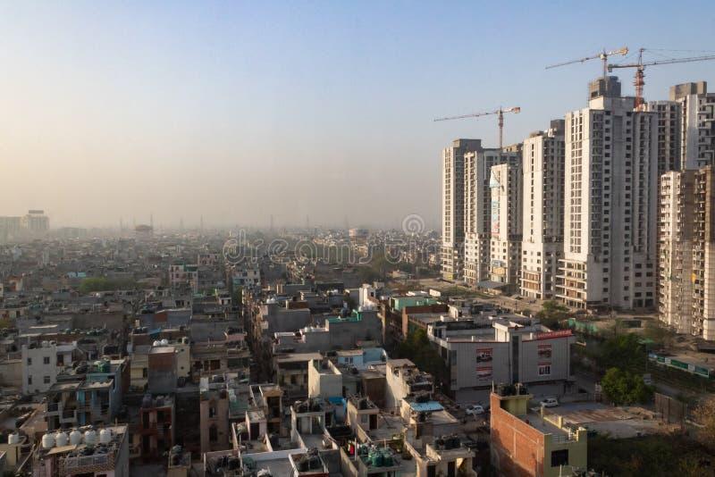 2017年3月27日,印度加济阿巴德市,城市景观,在建建筑和空气污染 免版税库存图片
