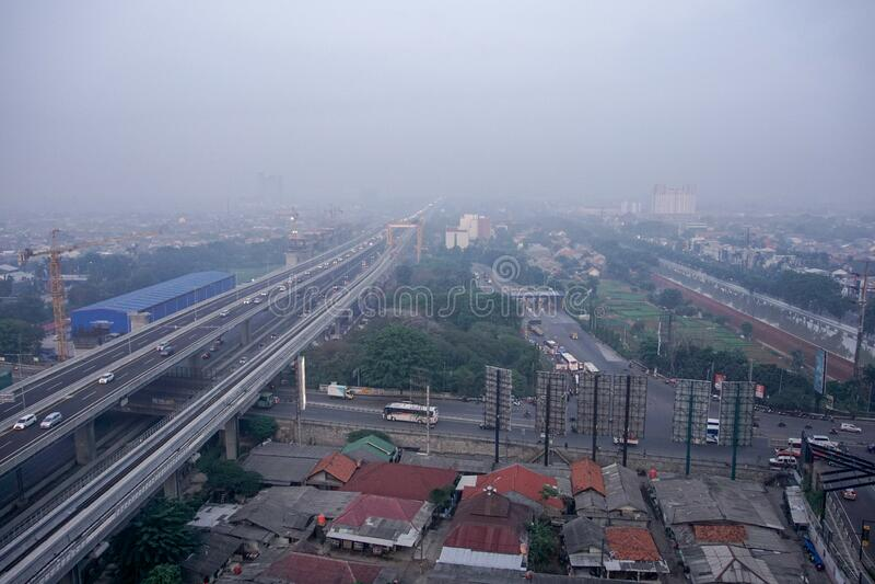 2019年12月21日,印度尼西亚BEKASI — 早晨,从贝卡西市走来的街道,清静雾霭 贝卡西是 库存图片