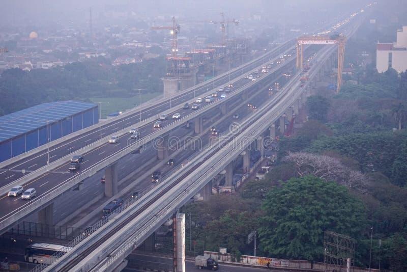 2019年12月21日,印度尼西亚BEKASI — 早晨,从贝卡西市走来的街道,清静雾霭 贝卡西是 库存照片