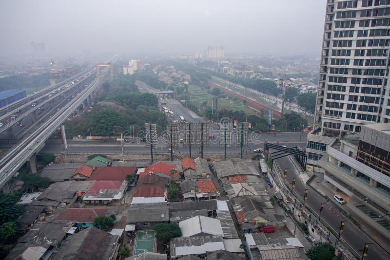 2019年12月21日,印度尼西亚BEKASI — 早晨,从贝卡西市走来的街道,清静雾霭 贝卡西是 免版税库存图片