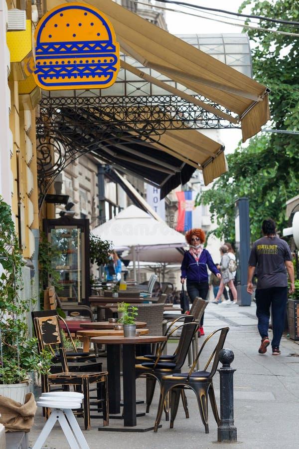 2020年5月19日,塞尔维亚贝尔格莱德,东欧贝尔格莱德市中心空荡荡的露天咖啡厅餐厅 库存照片