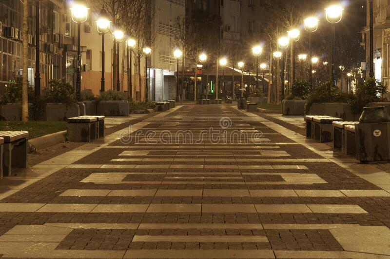 2019年12月15日,塞尔维亚Beograd — 夜间街道黄色灯 库存图片