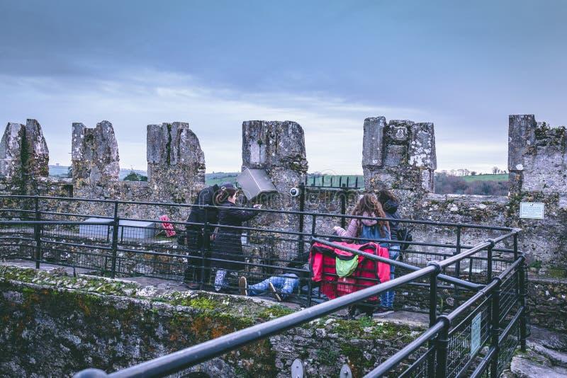 2017年11月17日,奉承,爱尔兰-亲吻著名奉承石头的游人在奉承防御 库存图片