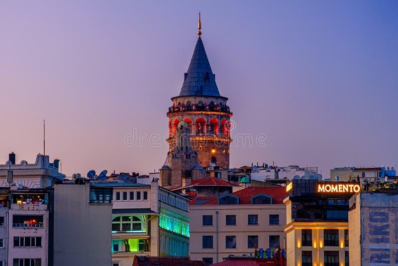 2018年7月20日,日落在伊斯坦布尔,土耳其 加拉塔塔的夜视图 免版税库存图片