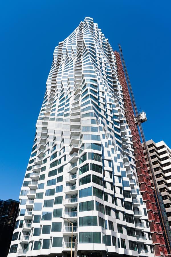 2019年8月21日,旧金山/加利福尼亚/美国 — MIRA,采用波纹的立面设计,是一栋39层、422英尺高的住宅摩天大楼 库存图片