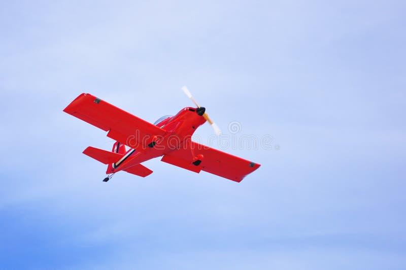 2011年6月9日,檀香山,瓦胡岛/夏威夷,哈瑙玛湾:飞越夏威夷瓦胡岛的红色螺旋桨飞机 免版税库存图片