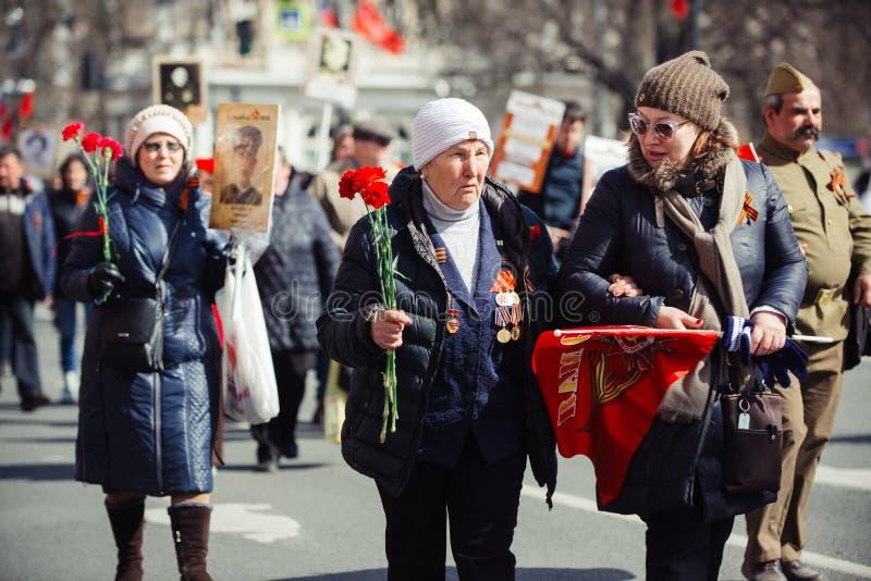 2017年5月9日,涅夫斯基远景,圣彼德堡,俄罗斯 愿9假日,妇女带有不朽的人物的行动的标志 库存图片