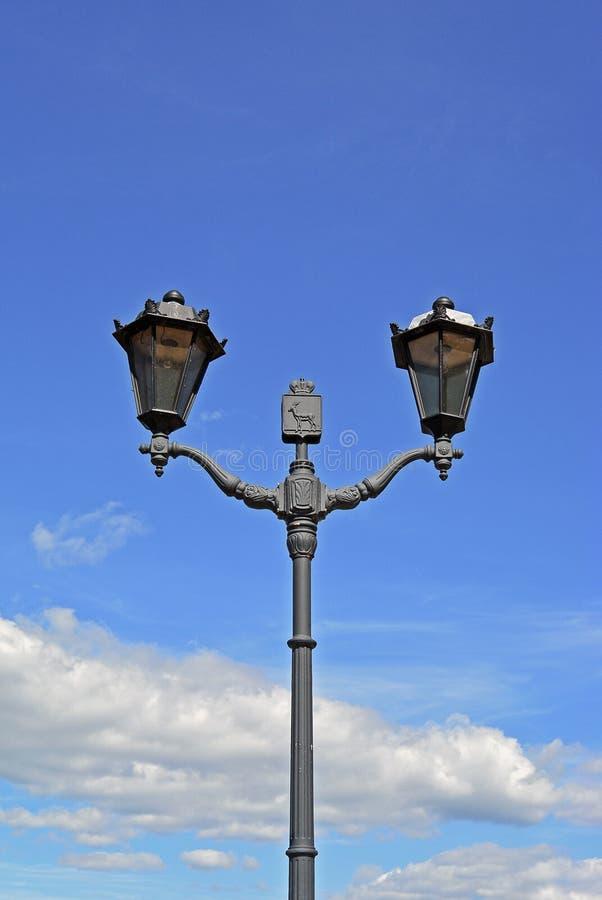 2017年8月10日,翼果,俄罗斯-老牌在码头散步的街灯 免版税库存照片