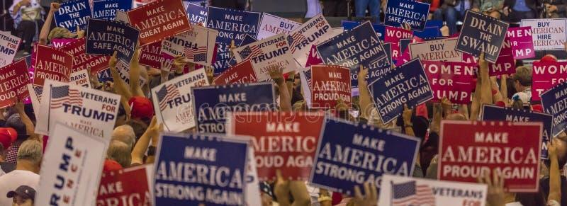 2017年8月22日,菲尼斯, AZ U S 人群唐纳德J总统的举行标志 王牌在菲尼斯 旗子总统,美国 免版税图库摄影