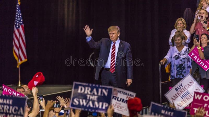 2017年8月22日,菲尼斯, AZ U S 唐纳德J总统 对支持者人群的王牌姿态在 2020年,人群 库存照片