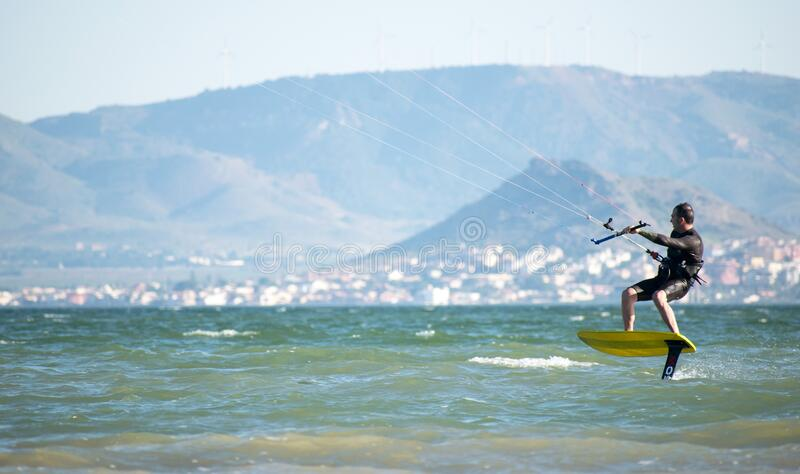 2020年5月20日,西班牙,洛斯纳雷什:西班牙语Covid-19去升期第1阶段运动员练习水氟风筝冲浪 免版税库存图片