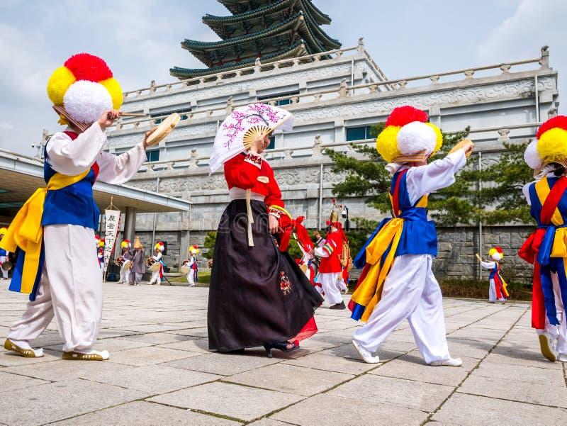 2018年4月14日,韩国传统撞击声带在Hanok村庄执行在汉城,韩国 ` Pungmul `是performe 免版税库存照片