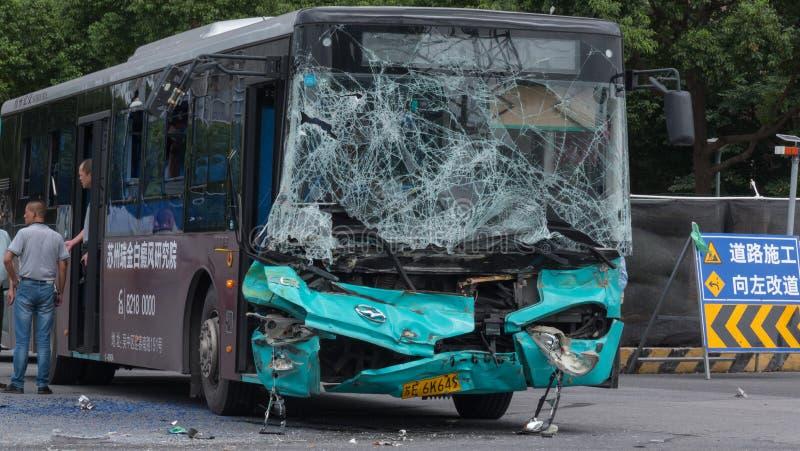 2018年8月16日, 苏州市,中国 事故在反射性公路安全三角背心警告附近的被中断的汽车司机重点 crasshed的乘客公共汽车 库存照片