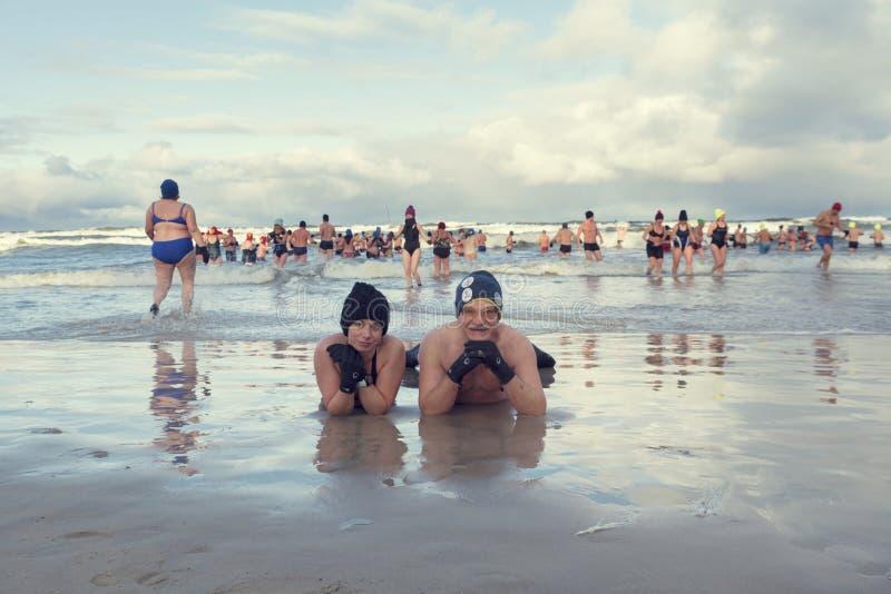 2019年1月5日,Stegna,波兰 在冬天游泳期间的许多人在摆在为图片的海和两个他们中 库存图片