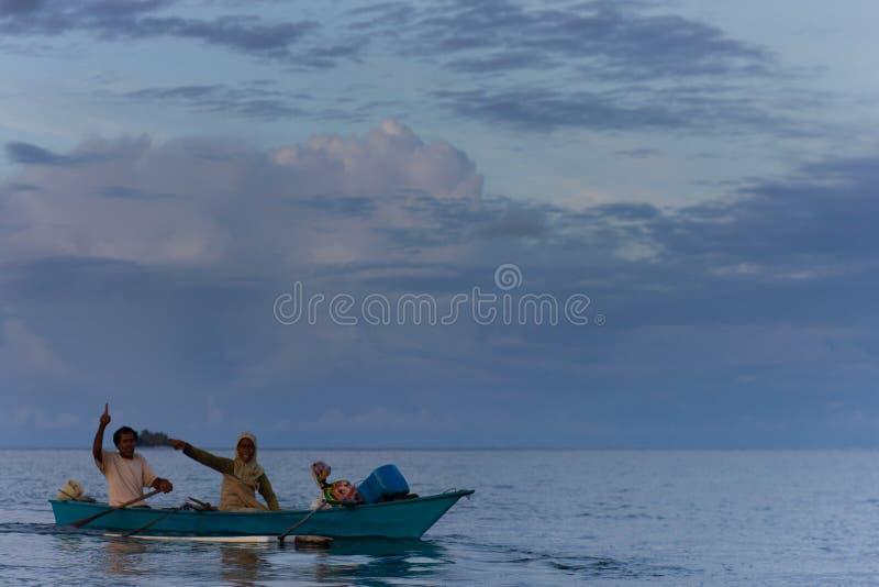 2014年1月4日:一对渔夫在弗洛雷斯的海里 他们向朋友们致意 库存图片