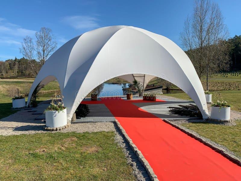 2020年4月20日:一座白色的新小教堂,像穹顶一样的公墓,在户外为葬礼建造 库存照片