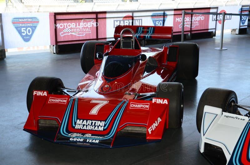 2018年4月21日:历史的F1汽车Brabham BT45通过马蒂尼鸡尾酒赛跑sponsorized被暴露在马达传奇节日2018年在伊莫拉 免版税库存照片