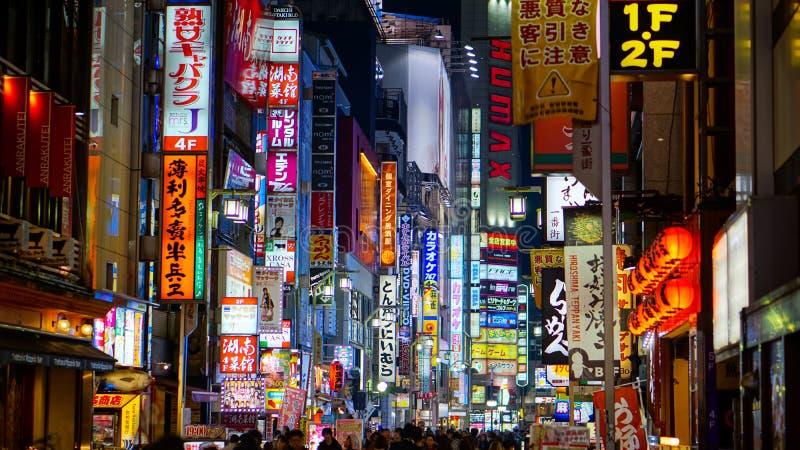 2017年11月8日:有启发性广告牌和标志在红灯Kabukicho的街道 免版税图库摄影