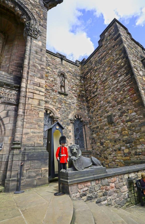 2017年7月1日:爱丁堡,英国 英国皇家卫兵,在红色制服的苏格兰,英国卫兵 免版税库存照片