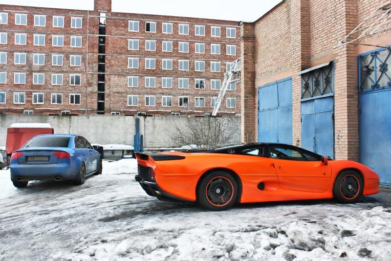 2013年1月3日;基辅,乌克兰 捷豹汽车XJ220 1991年和奥迪RS4 免版税库存图片