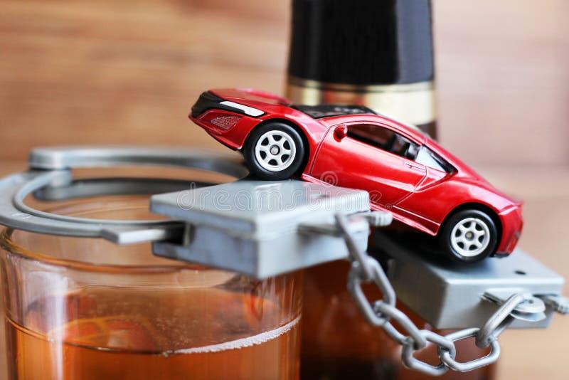 2018年3月19日 俄罗斯, Izhevsk 戏弄喝和驾驶概念的汽车和瓶 免版税库存照片
