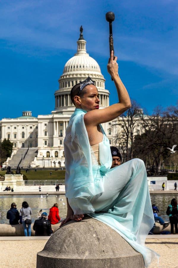 2018年3月24日-华盛顿特区,女性摆在象在美国国会大厦前面的自由女神像, 流行音乐,国会大厦 免版税库存照片
