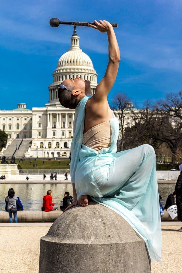 2018年3月24日-华盛顿特区,女性摆在象在美国国会大厦前面的自由女神像, 雕象,标志 免版税库存照片