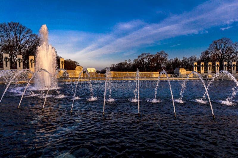 2018年4月10日-华盛顿D C - 喷泉和二战纪念品在日出,华盛顿D 世界,战争 免版税库存照片