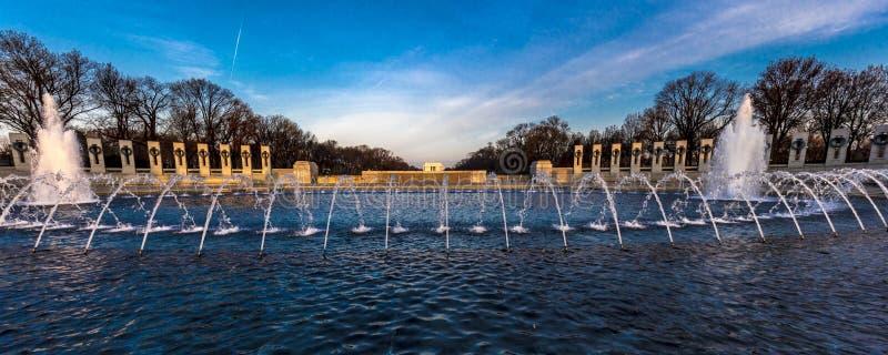 2018年4月10日-华盛顿D C - 喷泉和二战纪念品在日出,华盛顿D 团结,水 库存照片