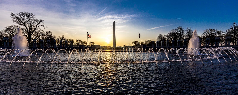 2018年4月10日-华盛顿D C - 喷泉和二战纪念品在日出,华盛顿D 状态,团结 库存图片
