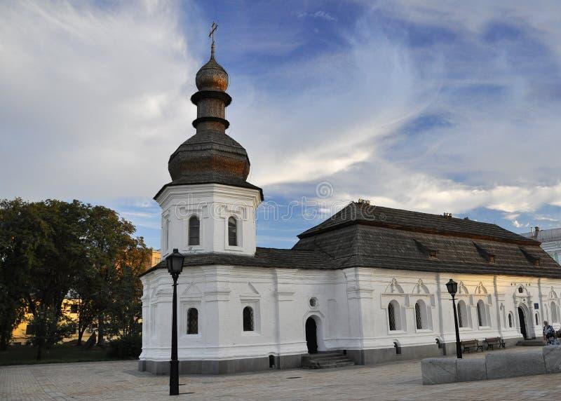2010年9月12日-古老历史建筑学在基辅的中心反对天空蔚蓝的与白色云彩 免版税库存照片