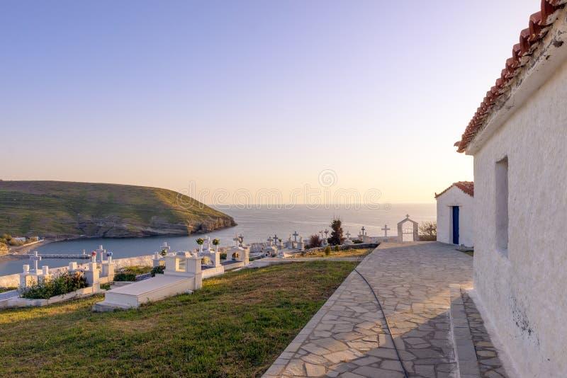 2019年4月28日-圣埃夫斯特拉蒂奥斯岛海岛,希腊-海岛的公墓,俯视港口,温暖的日落颜色的 库存照片