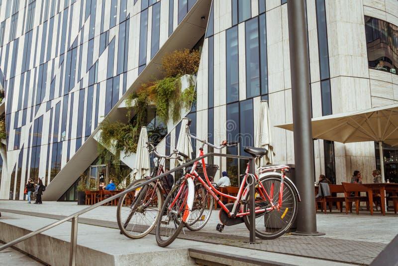 2018年10月27日 德国,杜塞尔多夫 城市可折叠自行车停放了背景大厦区已知的K -博根市中心, 免版税库存照片